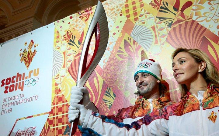 Tatjana Navka és Ilja Averbuh jégtáncosok a szocsi fáklyával